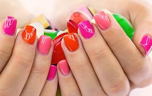 Femelle des mains avec manucure belle tenue vernis à ongles sur
